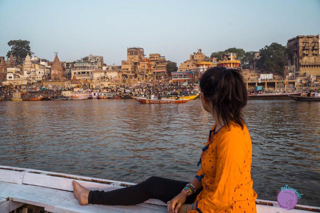 itinerario por el norte de India - mujer navegando en rio Ganges en Varanasi - Patoneando blog de viajes