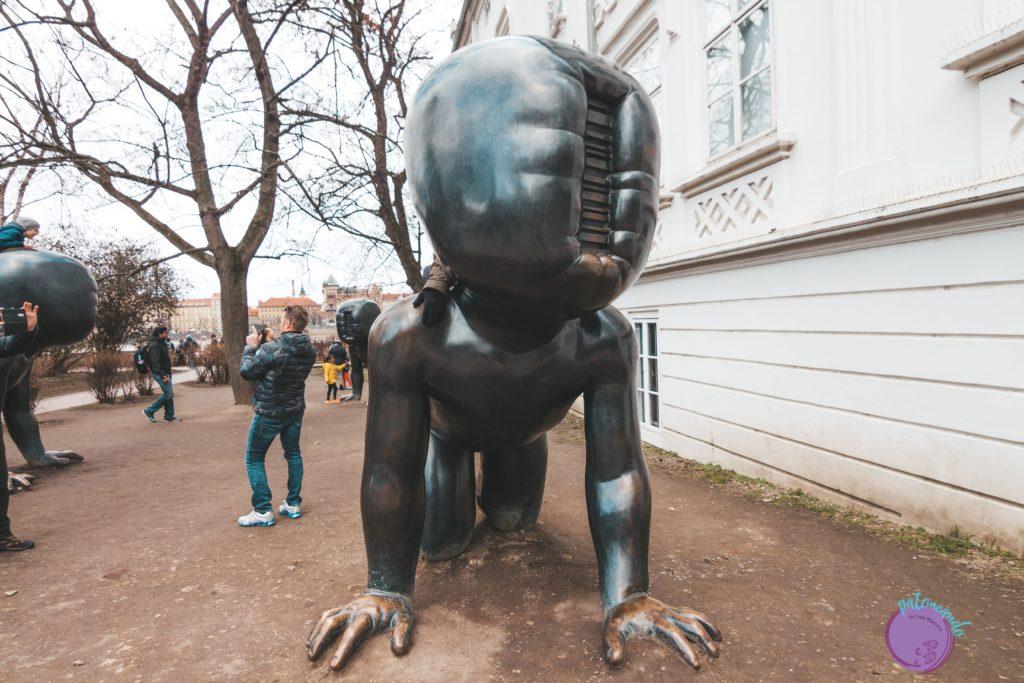 Itinerario para visitar Praga en tres días - estatuas de David Černý en la isla de Kampa - Patoneando blog de viajes