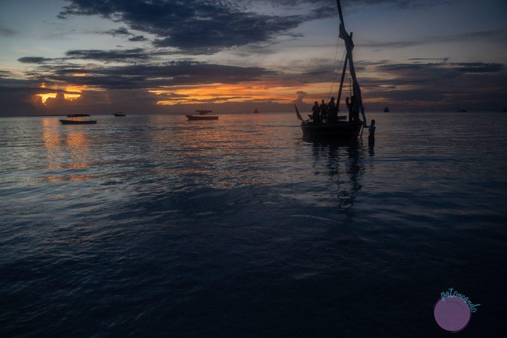 Consejos para viajar a Zanzibar - atardecer en Dhow - Patoneando blog de viajes