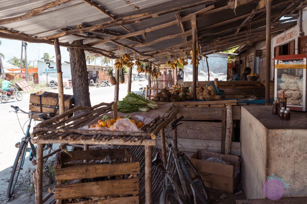 Consejos para viajar a Zanzibar -mercado callejero en Zanzibar - Patoneando blog de viajes