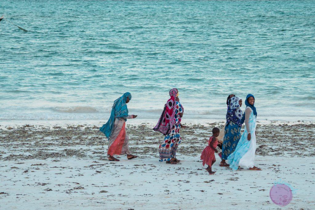 Consejos para viajar a Zanzibar - mujeres musulmanas caminando en la playa - Patoneando blog de viajes