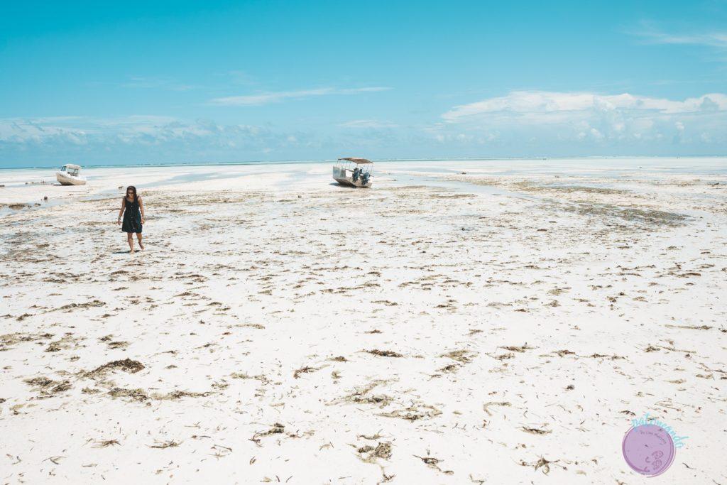 Consejos para viajar a Zanzibar - viajera caminando por playa con marea baja - Patoneando blog de viajes