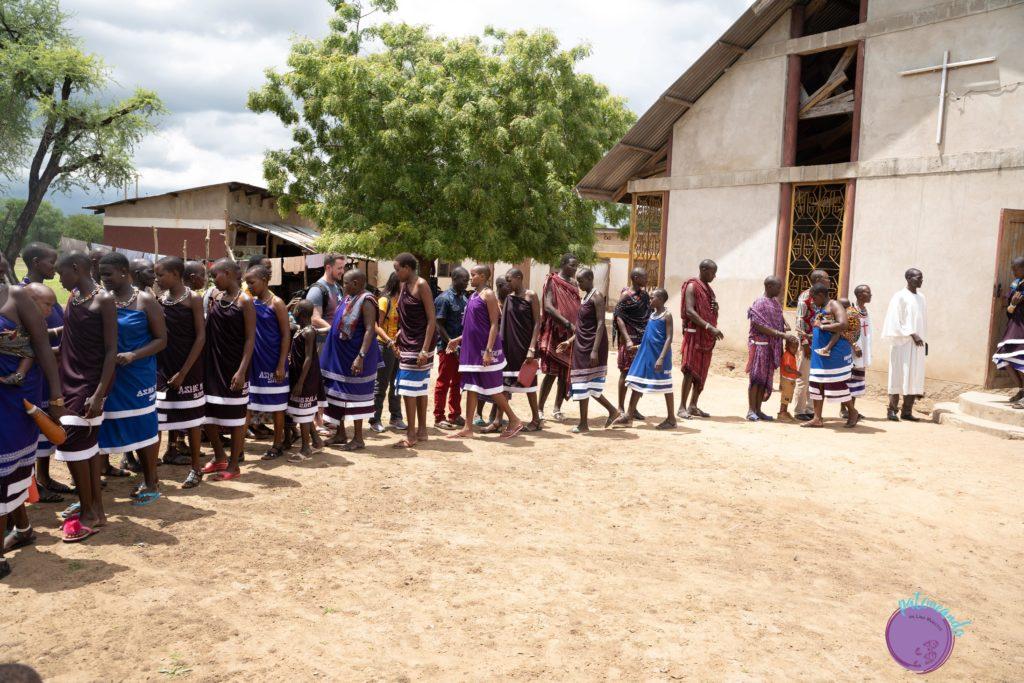 Masais saliendo de misa en su aldea- Patoneando blog de viajes