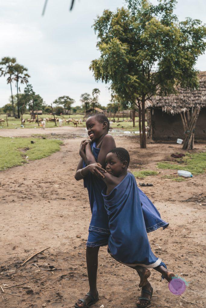 niños masai jugando - Tanzania - quienes son los masai - Patoneando blog de viajes