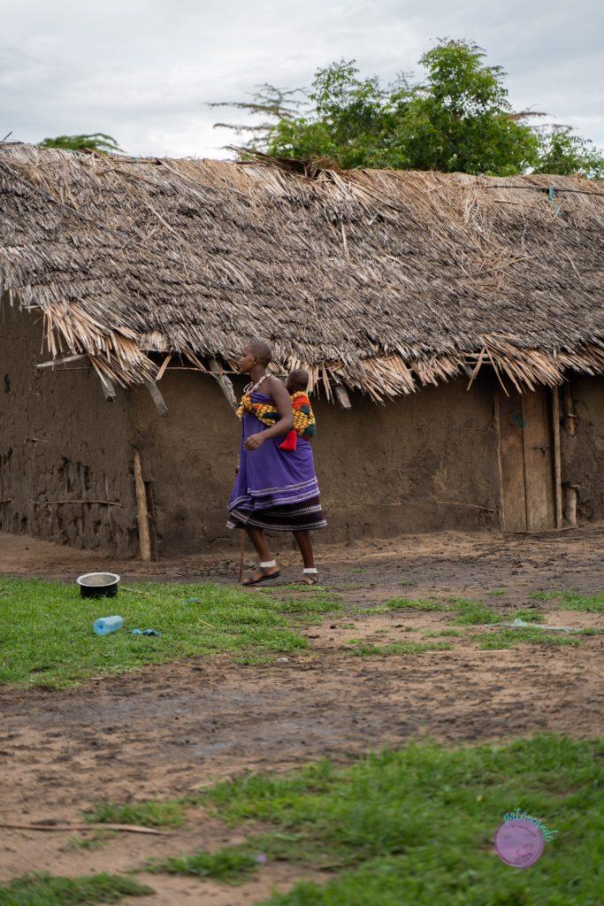 Mujer Masai en Tanzania con su hijo en la espalda - quienes son los masai - Patoneando blog de viajes