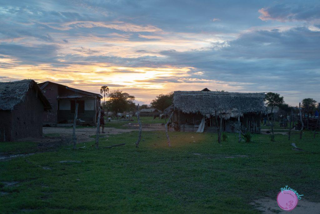 Atardecer en un pueblo Masai en Tanzania - quienes son los masai - Patoneando blog de viajes