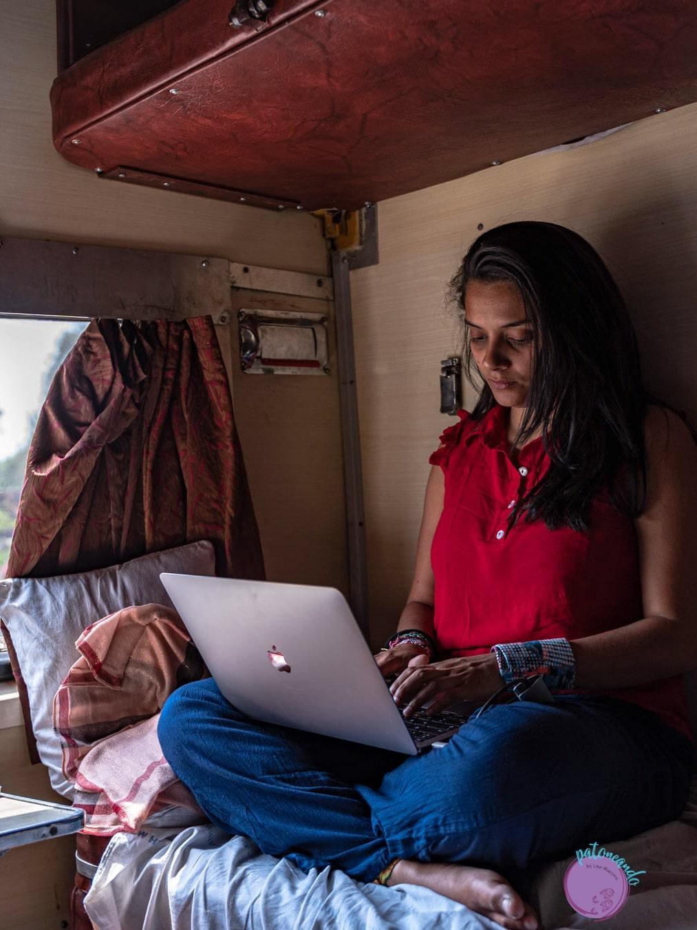 Mujer trabajando con su computador en un tren -Lina Maestre - Patoneando blog de viajes