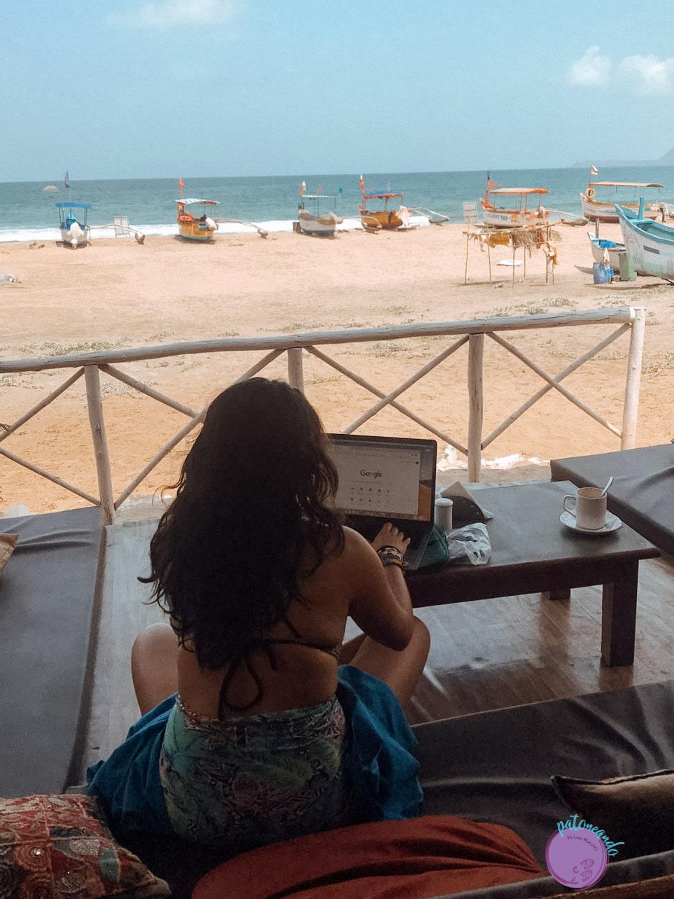 Nómada digital trabajando frente al mar -Lina Maestre - Patoneando