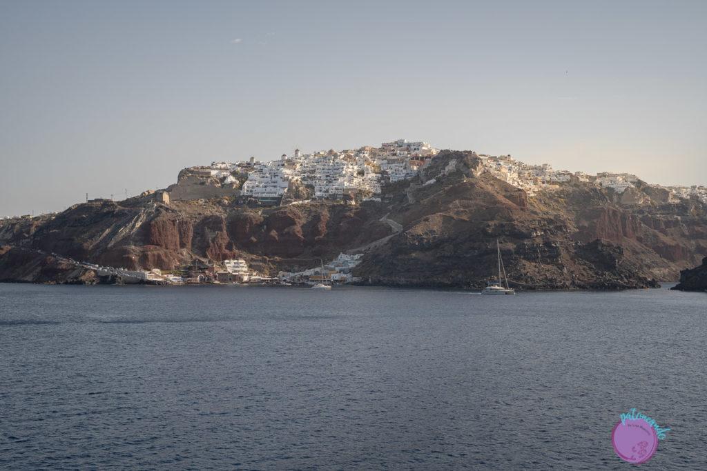Guia para viajar a Santorini, Grecia - Oía vista desde un barco - Patoneando blog de viajes